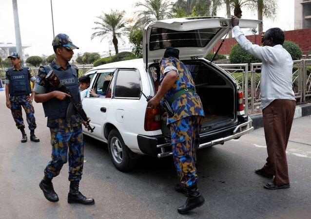 Policía de Bangladés cerca del Aeropuerto Internacional Hazrat Shahjalal de Daca (archivo)
