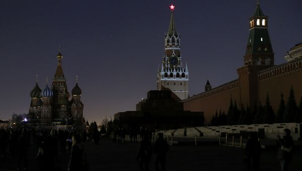 A view shows the St. Basil's Cathedral (L) and the Kremlin wall, after the lights were switched off for Earth Hour in Red Square in central Moscow, Russia - Sputnik Mundo