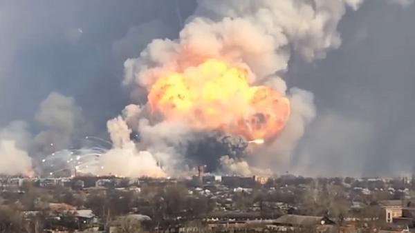 Misiles tácticos vuelan por los aires durante un incendio en Járkov - Sputnik Mundo
