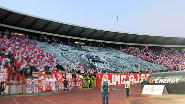 Велика застава развијена на трибини стадиона са мотивима двоглавог орла и медведа - Sputnik Mundo