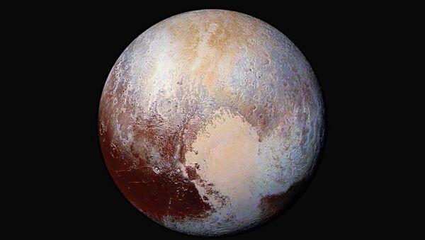El planeta enano Plutón captado por la expedición New Horizons en julio de 2015 - Sputnik Mundo