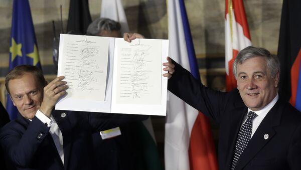 El presidente del Consejo Europeo, Donald Tusk (a la izquierda), y el presidente del Parlamento Europeo, Antonio Tajani (a la derecha), sostienen las hojas de firmas de la nueva Declaración de Roma. Curiosamente, varios de los mandatarios pusieron su firma frente a los países equivocados. - Sputnik Mundo