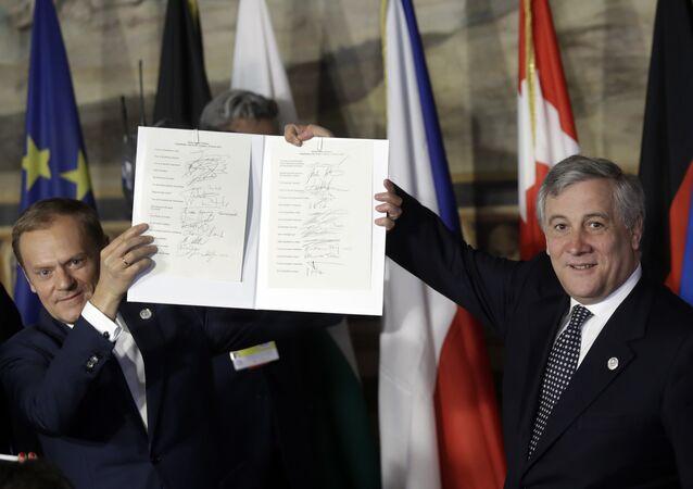 El presidente del Consejo Europeo, Donald Tusk (a la izquierda), y el presidente del Parlamento Europeo, Antonio Tajani (a la derecha), sostienen las hojas de firmas de la nueva Declaración de Roma. Curiosamente, varios de los mandatarios pusieron su firma frente a los países equivocados.