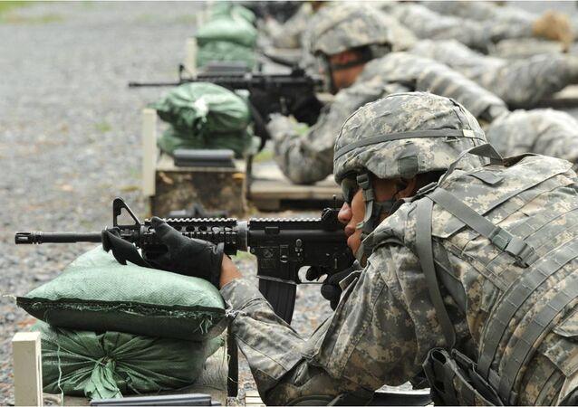 Soldados estadounidenses entrenan con el fusil de asalto M4 (archivo)