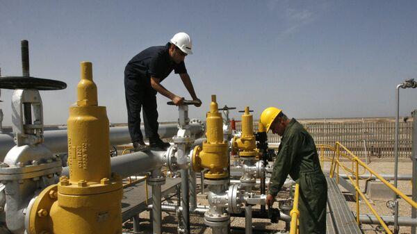 Una refinería de petróleo en Irán, foto referencial - Sputnik Mundo