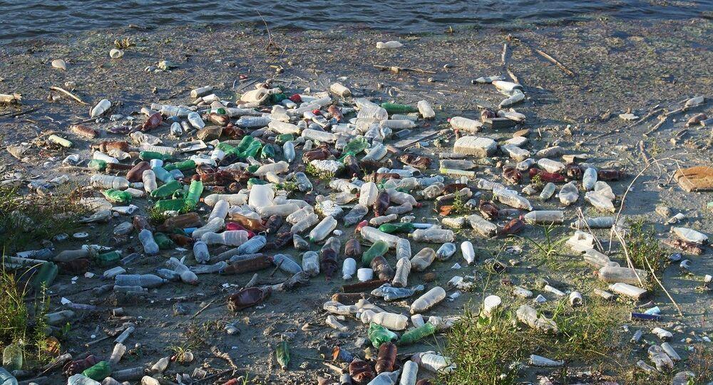 Basura al borde de un río (imagen referencial)
