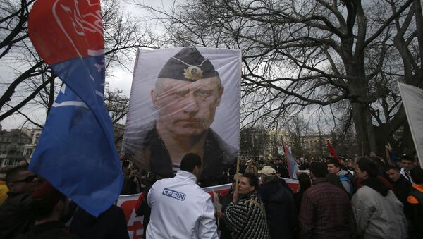 Protesters hold a picture of Russian President Vladimir Putin during a protest against NATO in downtown Belgrade, Serbia, Saturday, Feb. 20, 2016 - Sputnik Mundo