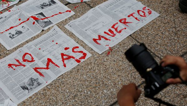 Journalists and activist paint on news papers with fake blood during a protest against the murder of the Mexican journalist Miroslava Breach, outside the Attorney General's Office (PGR) in Mexico City, Mexico March 25, 2017 - Sputnik Mundo