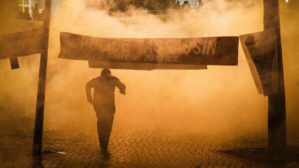 Применение слезоточивого газа во время акции протеста против убийства полицейскими китайца в Париже - Sputnik Mundo