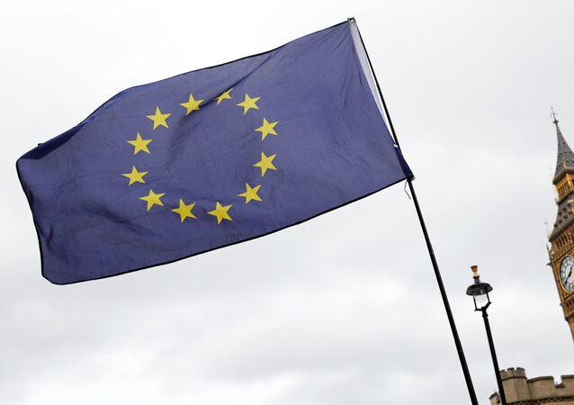 Una bandera de la Unión Europea se agita frente al Big Ben (archivo)