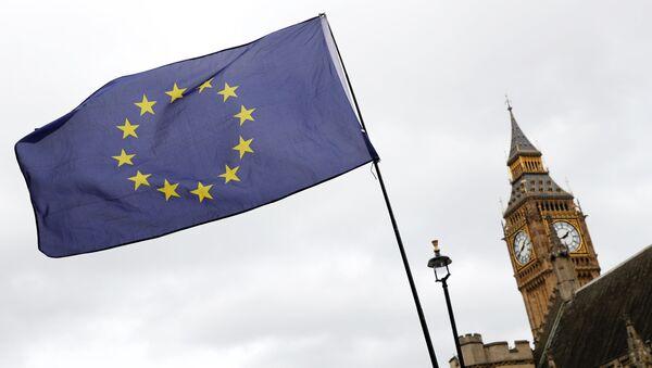 Una bandera de la Unión Europea se agita frente al Big Ben - Sputnik Mundo