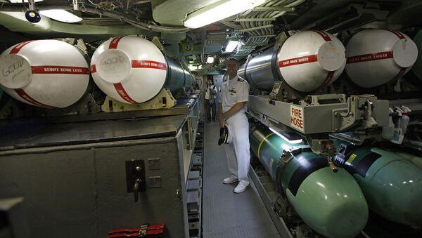 Alan Nelson al lado de unos misiles Tomahawk - Sputnik Mundo