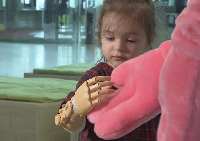 Niña con prótesis infantil de Motorica