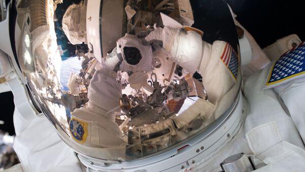 El astronauta Scott Kelly se hace un autofoto - Sputnik Mundo