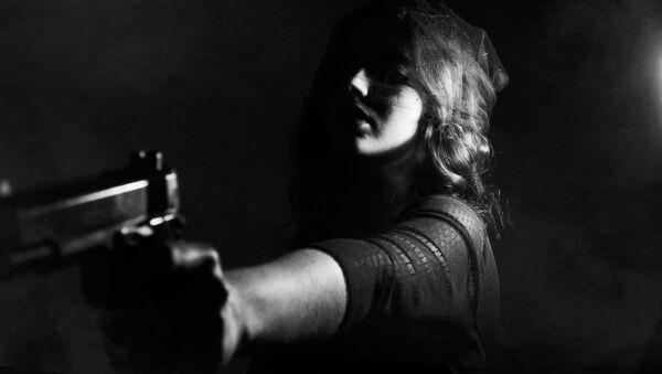 Una mujer con un arma - Sputnik Mundo