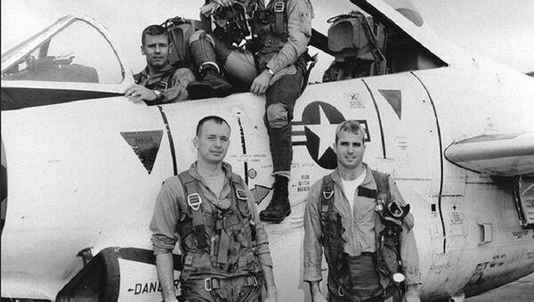 John McCain (abajo a la derecha) antes de una misión de bombardeo en Hanoi - Sputnik Mundo