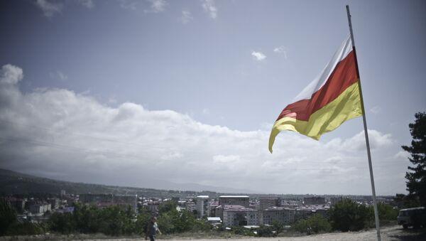 La bandera de Osetia del Sur - Sputnik Mundo