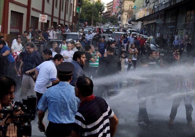 Choques entre policía y manifestantes en Asunción