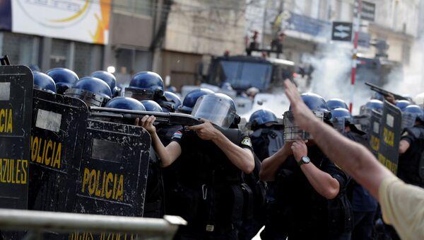 La policía durante las manifestaciónes en Paraguay - Sputnik Mundo