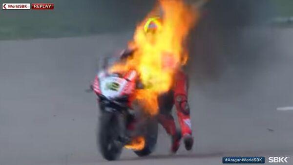 Forés, durante el incendio de su motocicleta - Sputnik Mundo