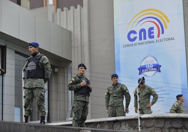 El Ejército ecuatoriano cerca de Consejo Nacional Electoral