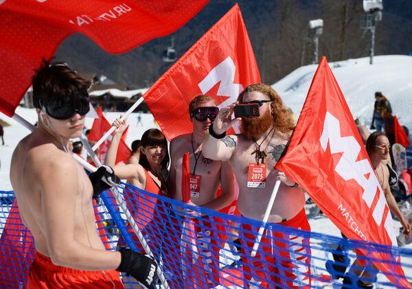 Carnaval alpino Boogel Woogel: sol, nieve y bikinis en las montañas de Sochi - Sputnik Mundo