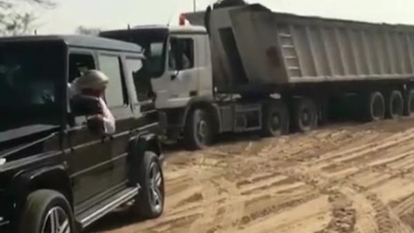 Modales reales: el príncipe heredero de Dubái ayuda a sacar un camión de la arena - Sputnik Mundo