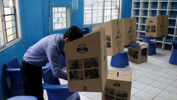 Un hombre vota en Guayaquil, Ecuador - Sputnik Mundo