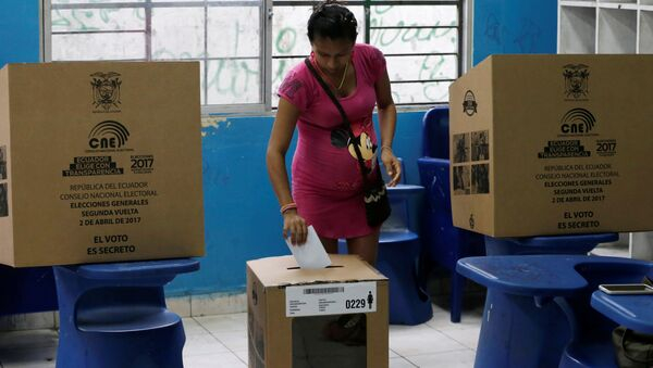 Una mujer vota en Guayaquil, Ecuador (archivo) - Sputnik Mundo