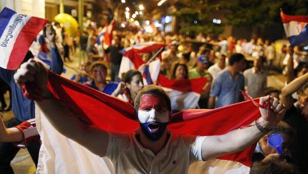 Hombre con bandera de Paraguay - Sputnik Mundo