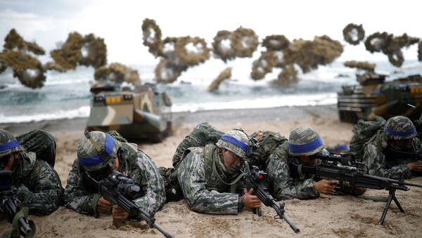 South Korean marines take part in a U.S.-South Korea joint landing operation drill as a part of the two countries' annual military training called Foal Eagle, in Pohang, South Korea, April 2, 2017 - Sputnik Mundo