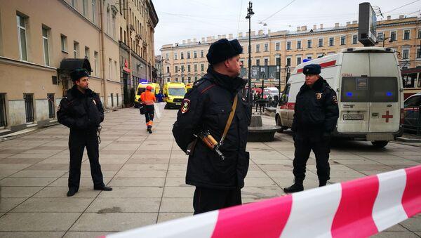 Policías cuidan la entrada de la estación Instituto Tecnológico del Metro de San Petersburgo - Sputnik Mundo