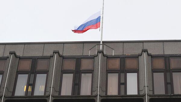 Bandera de Rusia sobre el edificio del Consejo de la Federación de Rusia - Sputnik Mundo