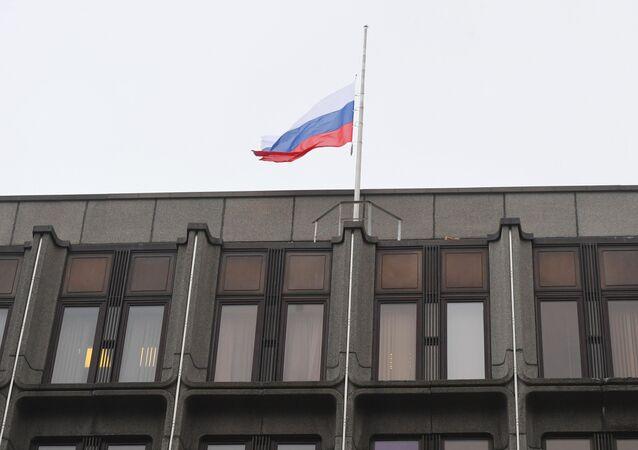 Bandera de Rusia izada a media asta sobre el edificio del Consejo de la Federación de Rusia (archivo)