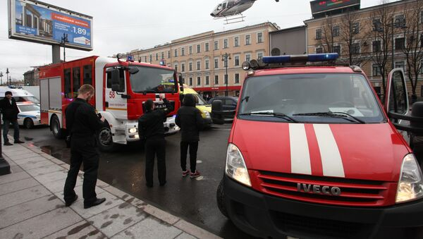 A helicopter flies over the fire trucks after an explosion at Tekhnologichesky Institut subway station in St.Petersburg, Russia, Monday, April 3, 2017. The subway in the Russian city of St. Petersburg is reporting that there are fatalities and several people have been injured in an explosion on a subway train. - Sputnik Mundo