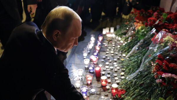 Президент РФ В. Путин возложил цветы у станции метро Технологический институт - Sputnik Mundo