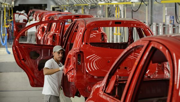 Workers check painted cars in the assembly line of the March and Versa models at Nissan's Industrial Complex in Resende, 160 km west of Rio de Janeiro, Brazil, on Februrary 3, 2015. The Nissan plant in Brazil will be able to produce 200,000 cars and utility vehicles per year. The company aims to achieve 5 percent of the market share by 2016 in Brazil, the fourth largest automotive market in the world.  - Sputnik Mundo