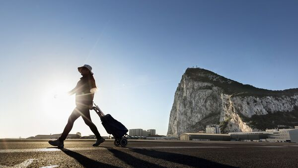 A woman walks on the Spanish side of the border between Spain and the British overseas territory of Gibraltar - Sputnik Mundo
