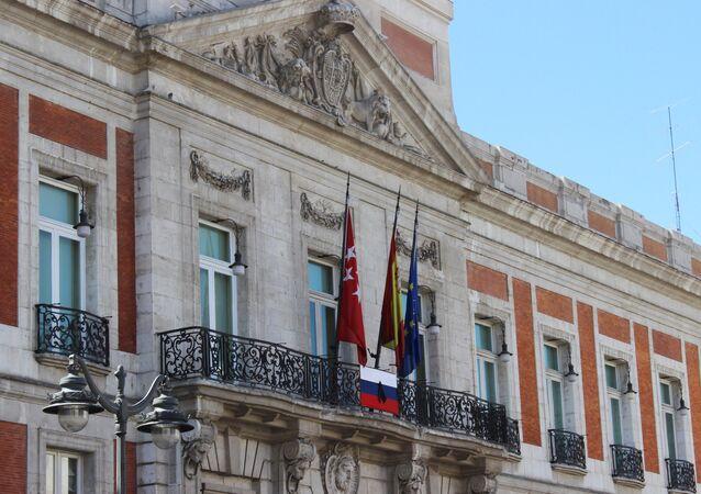 La Comunidad de Madrid coloca una bandera rusa con crespón negro en su sede