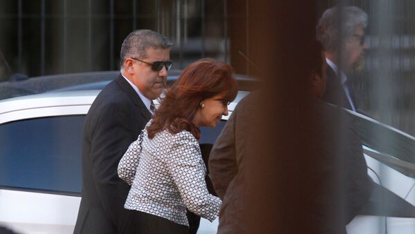 Argentina's former President Cristina Fernandez de Kirchner (C) arrives at court over accusations of bribery and money laundering, in Buenos Aires, Argentina March 7, 2017 - Sputnik Mundo