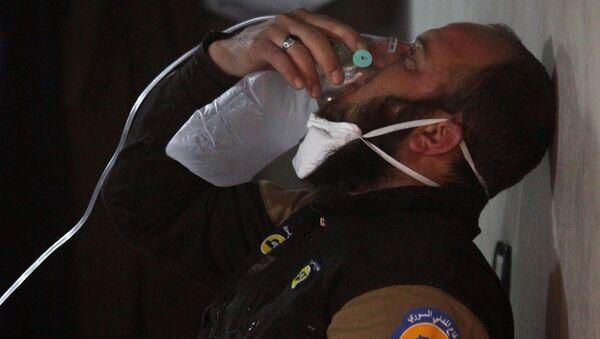 Persona afectada por el supuesto ataque químico en Jan Sheijun, Siria (archivo) - Sputnik Mundo