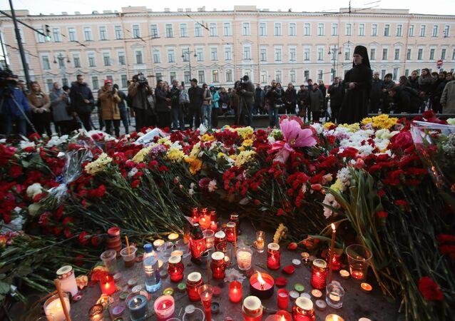 Homenaje a las víctimas del atentado en el metro de San Petersburgo