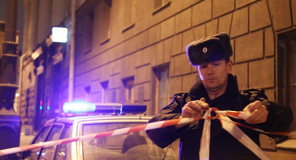 Un policía cerca de la estación del metro de San Petersburgo donde se produjo el atentado (Archivo)