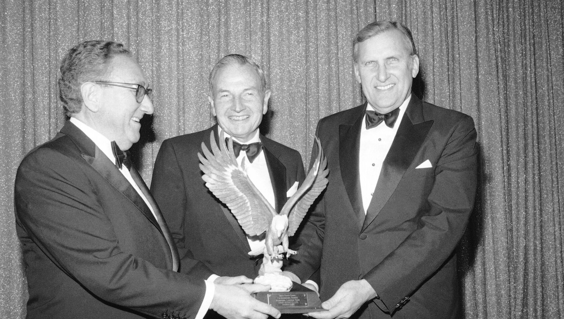 David Rockefeller, center, chairman of the Chase Manhattan's Bank's International Advisory Committee and the banks former chairman of the board and chief executive officer, receives the 1983 International Leadership Award from the U.S. Council for International Business, presented by Dr. Henry A. Kissinger, former Secretary of State, left, and Ralph A. Pfeiffer, Jr., U.S. Council Chairman, at New York's Pierre Hotel on Thursday, Dec. 9, 1983. The award recognizes outstanding contributions to world trade and investment. - Sputnik Mundo, 1920, 05.04.2017