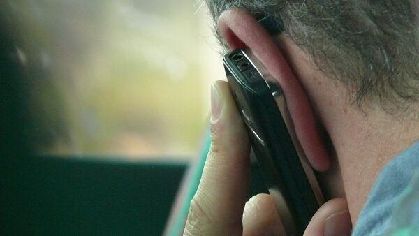 Un hombre hablando por teléfono (imagen referencial) - Sputnik Mundo