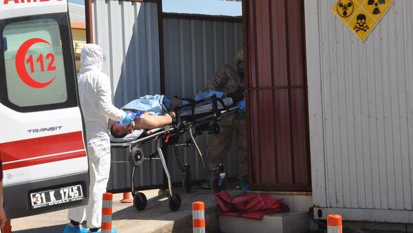 Un hombre sirio de Idlib es llevado por los médicos turcos a un hospital en la ciudad fronteriza de Reyhanli - Sputnik Mundo
