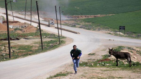Un médico sirio corriendo durante un ataque al hospital en Idlib - Sputnik Mundo
