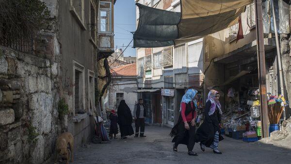 Refugiados sirios en las calles de Esmirna - Sputnik Mundo