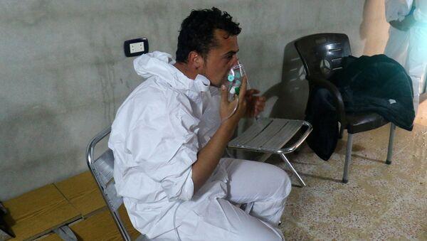Persona afectada por el presunto ataque químico en Jan Sheijun, Siria (archivo) - Sputnik Mundo