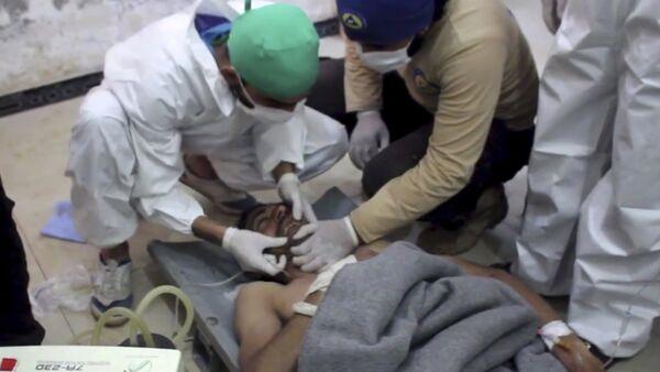 Ayuda médica a un víctima del ataque químico en Idlib, Siria - Sputnik Mundo
